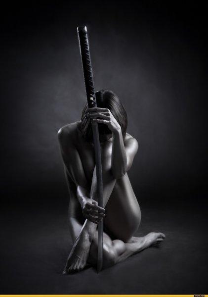 голая с мечом фото