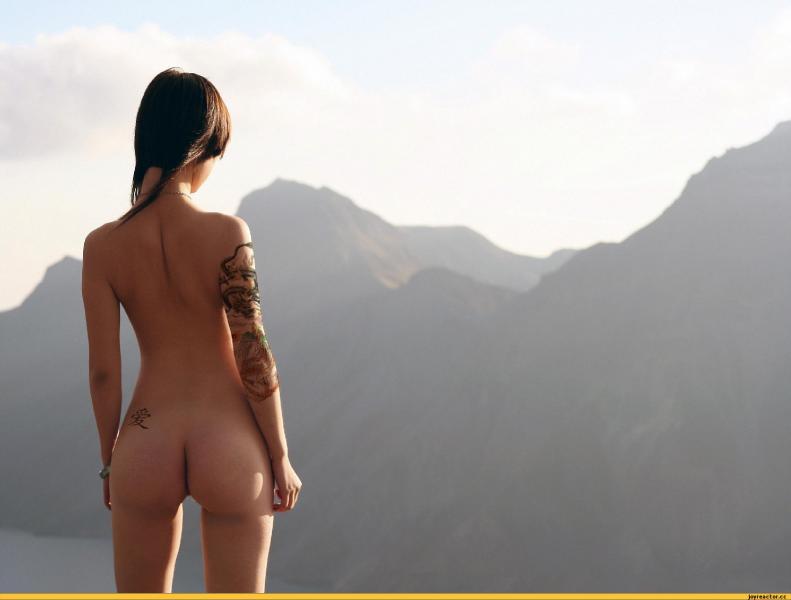 голая девушка совершает пробежку